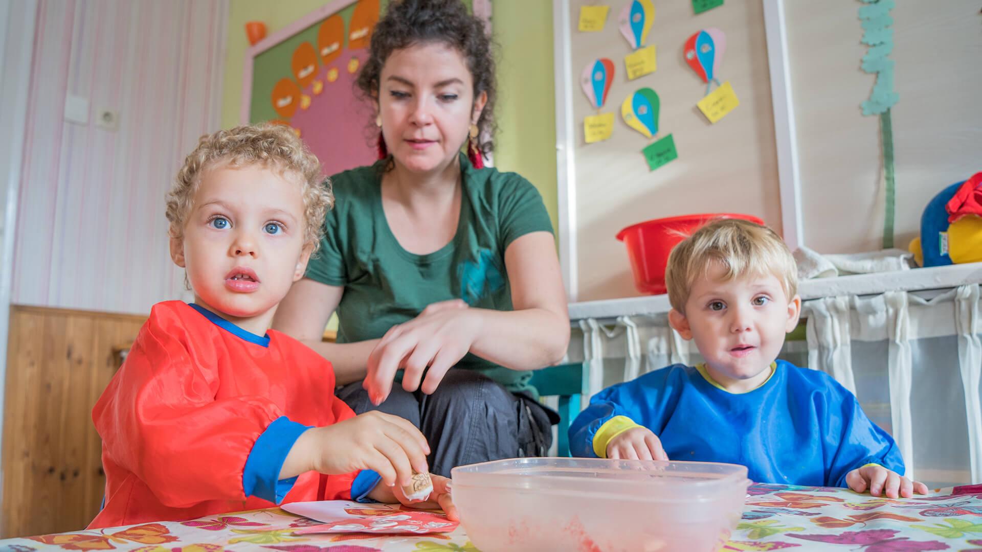 Az önállóságra való nevelés kétnyelvű a Montessori Mária Kétnyelvű Bölcsődében